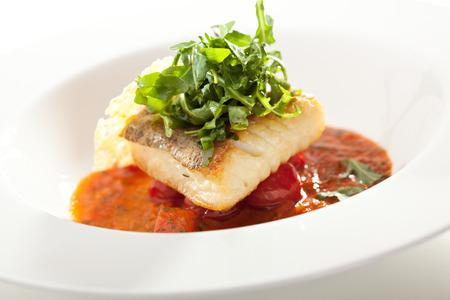 Heilbutt-Filet mit Tomatensauce und Rucola