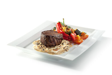 chiles picantes: Bistec con setas y salsa de verduras asadas