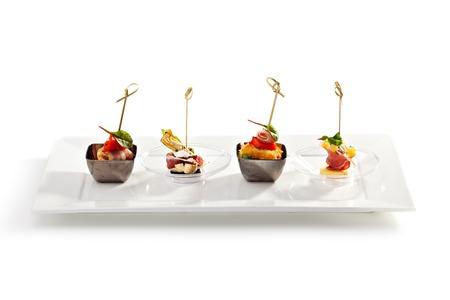 Köstliches Buffet Essen auf weißem Teller