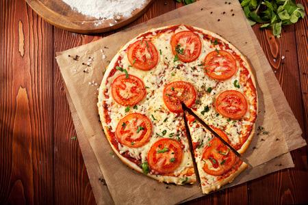 Pizza Margherita mit Tomaten, Käse und Mozzarella Gauda gemacht