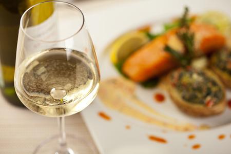 Vino bianco Bicchiere. Trancio di salmone su uno sfondo