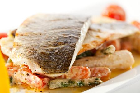 seabass: Filete de lubina con tomate y mejillones salsa. Decorado con verduras