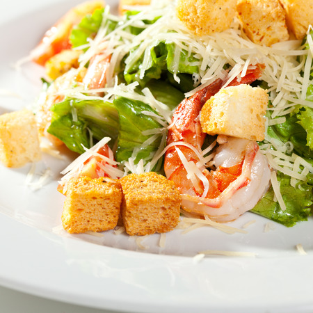 ensalada cesar: Ensalada César con productos del mar. Comprende hojas de ensalada de Romaine y vestidas con queso parmesano de migas de pan