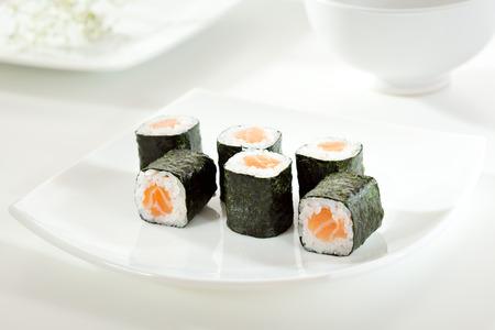 japanese sake: Sake Maki Sushi - Roll con salmón fresco