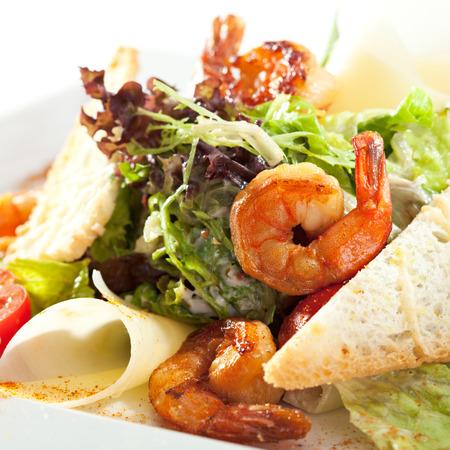 ensalada cesar: Mariscos Ensalada César con camarones, ensalada de hojas, crutones, tomate cherry y queso parmesano