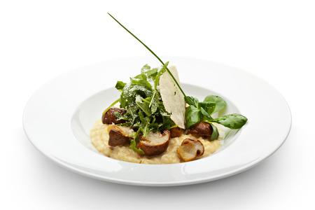 Risotto mit Steinpilzen, Feldsalat, Rucola und Trüffel. Serviert mit Parmesan Chip und Frühlingszwiebeln Standard-Bild - 32350257