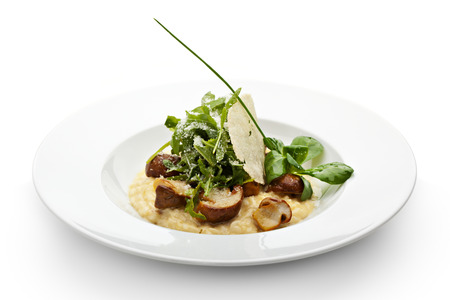 truffe blanche: Salade de maïs Risotto aux champignons,, Rucola et truffe. Servi avec Chip parmesan et oignons de printemps