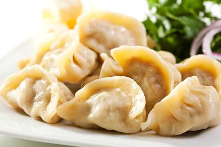 Dumplings Schüssel mit Zwiebel und Butter