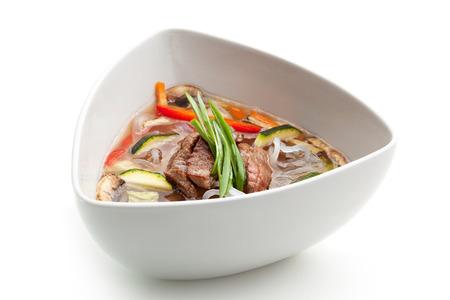 sopa de pollo: Sopa con fideos de arroz, ternera y vegetales
