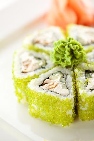 巻き寿司 - ロール揚げマグロ、キュウリ、クリーム チーズの入った。外トビコ