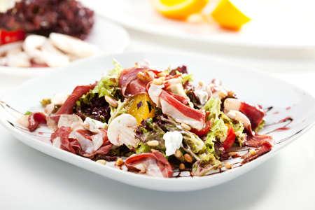 pignons de pin: Salade ti�de au jambon de Parme, Champignons, orange et noix de pin Banque d'images