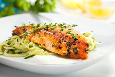 plato de pescado: Lomo de salmón con calabacín Fideos