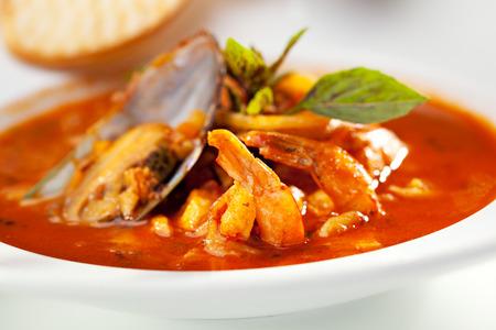 plato de pescado: Sopa de mariscos con pan rebanada
