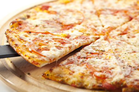 Pizza Margherita mit Tomaten gemacht, Gauda Käse und Mozzarella Standard-Bild - 37916765