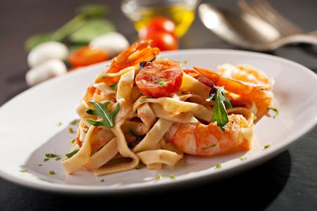 Pasta mit Garnelen und Tomatensauce Standard-Bild - 38201226