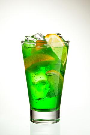 cocteles de frutas: Cocktail verde con Midori, vodka, limón y hielo Foto de archivo