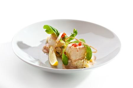 plato de comida: Mar de vieiras con risotto y salsa