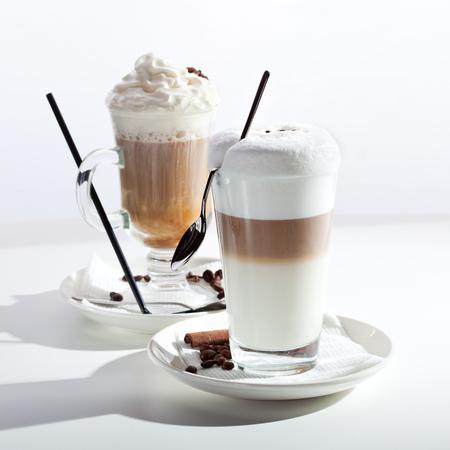 bebidas frias: Caf� con Leche y Latte Macchiato caf� sobre blanco Foto de archivo