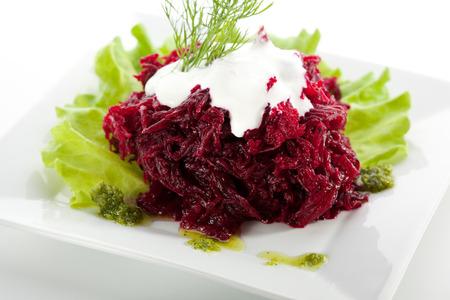 queso de cabra: Ensalada de remolacha con crema agria Foto de archivo
