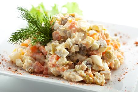ensaladilla rusa: Verduras con ensalada de carne. Adornado con eneldo