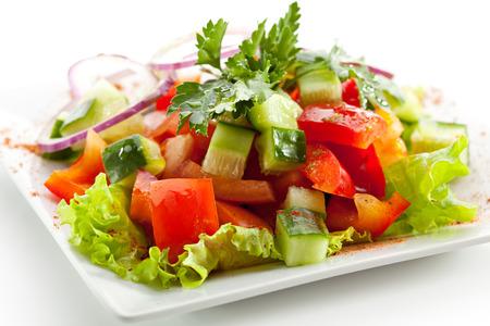 新鮮なトマトとキュウリのサラダ