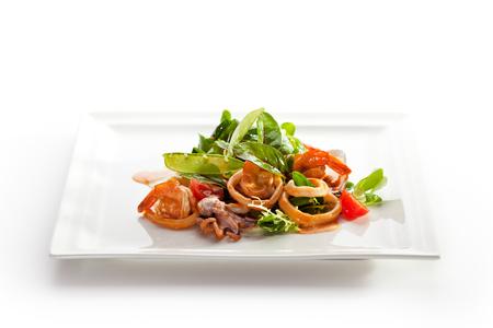 frescura: Varios Ensalada de mariscos con un representante de la hoja verde y tomate cherry