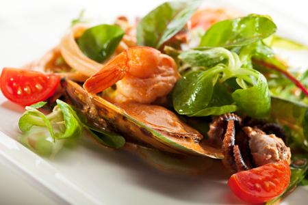 freshness: Varios Ensalada de mariscos con un representante de la hoja verde y tomate cherry