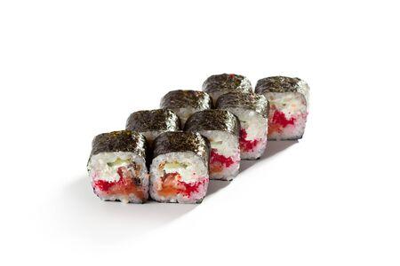 japanese sake: Roll de salmón fresco, anguila ahumada, Tobiko y pepino dentro. nori fuera Foto de archivo