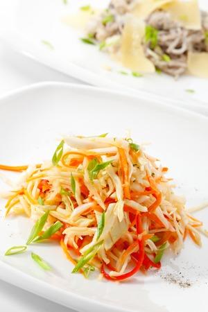 Ensalada sana con vitaminas zanahoria, manzana, pimiento y los Verdes