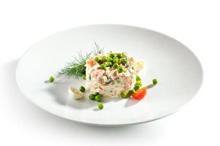 ensalada rusa: Ensalada de pollo y huevo de vestir con los guisantes verdes