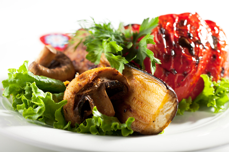 hongo: Verduras a la plancha con perejil y ensalada de hojas Foto de archivo