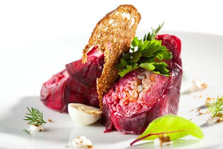 plato de comida: Arenques rusa tradicional y remolacha ensalada con pan crujiente