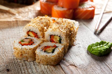 japanese sake: Salmón Skin Maki Sushi - Roll con piel de salmón, pepino y aguacate dentro. Piel de salmón a la parrilla fuera