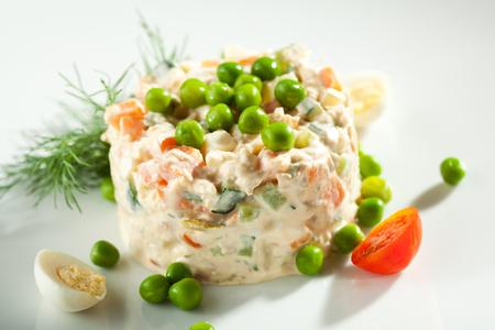 ensaladilla rusa: Ensalada de pollo y huevo de vestir con los guisantes verdes