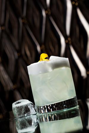 huevo blanco: Vodka Sour - C�ctel con vodka, jarabe de az�car, jugo de lim�n y clara de huevo Foto de archivo