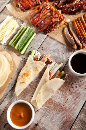 Pato de Pekín en el pergamino con la salsa