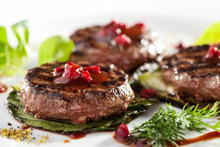 carne roja: Medallones de carne a la parrilla con salsa de frutos y Fried calabacín Foto de archivo