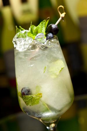uvas: Cóctel con vodka y el vino blanco, uvas, Varios jarabe, jugo de limón, jugo de manzana y menta Foto de archivo