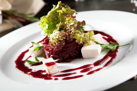 queso de cabra: Beet and Goat Cheese Salad Foto de archivo