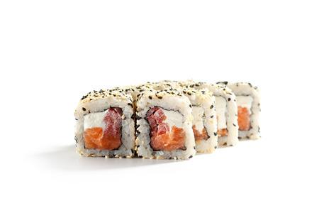 salmon ahumado: Maki Sushi - Roll hizo de salmón ahumado, queso crema y pimienta por dentro. ouside del sésamo