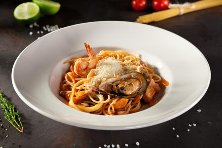 Meeresfrüchte Spaghetti mit Tiger Krevetten, Jakobsmuscheln, Muscheln, Calamari, Lachs und Tomaten Sauce