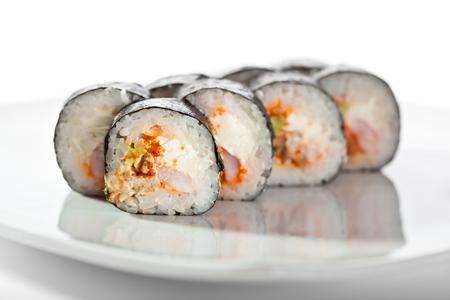 adentro y afuera: Roll de sushi con camarón, anguila ahumada, aguacate y queso crema dentro. nori fuera