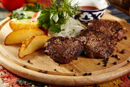 carne asada: Filetes de carne a la parrilla con cebollas y verduras