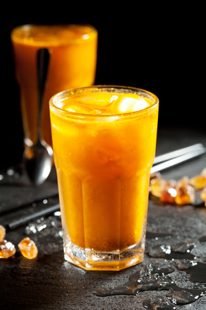 ice crushed: Duindoorn limonade met crushed ijs Stockfoto