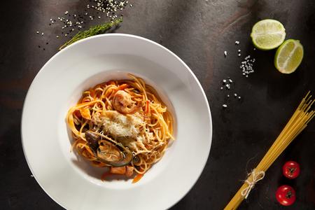 Spaghetti de mariscos con gambas de Tiger, vieiras, mejillones, Calamari, salmón y Tomato Sauce Foto de archivo