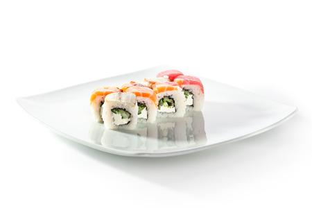 adentro y afuera: Arco iris Maki Sushi - Roll con pepino y queso crema dentro. Atún, salmón y Anguila fuera