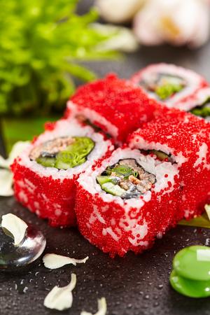 adentro y afuera: Mejillón Maki Sushi - Roll hizo de mejillones, lechuga y pepino dentro. Tobiko rojo (huevas de pez volador) fuera