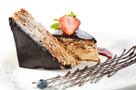 porcion de torta: Dessert - Chocolate Nuts Cake with Berries Jam, Strawberry and Fresh Mint