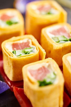 adentro y afuera: México Maki Sushi - Roll hizo de salmón ahumado, queso crema, pepino y cebolla de primavera dentro. Tortilla mexicana fuera Foto de archivo