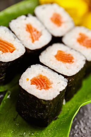 adentro y afuera: Sake Maki - roll de sushi con salmón dentro. Algas exterior. Sushi Alimentos y Concepto natural de la flor